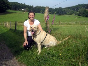"Hundepsychologin Svenja Esser mit Golden Retriever ""Zeus"""